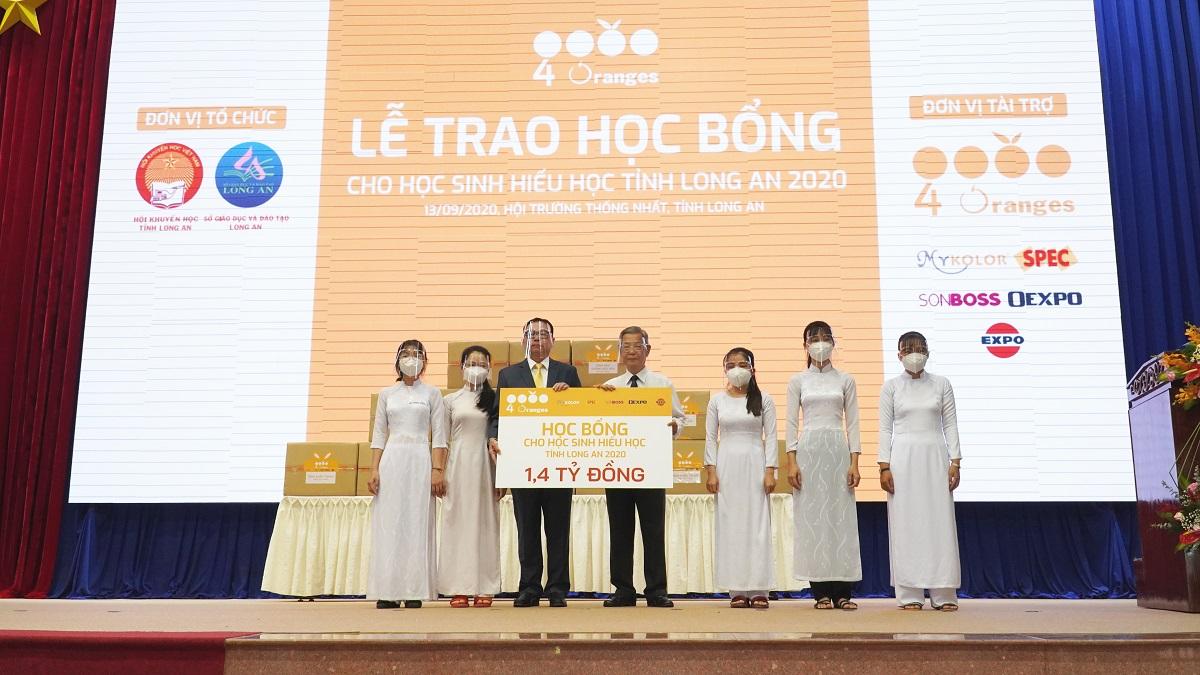 Ông Smit Cheancharadpong, đại diện Công ty 4 Oranges Co. Ltd trao học bổng 1,4 tỷ đồng cho lãnh Đạo tỉnh Long An và Hội Khuyến học tỉnh.