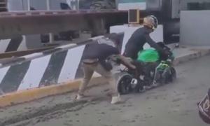 Hai thanh niên đi môtô vào đường vừa đổ bê tông