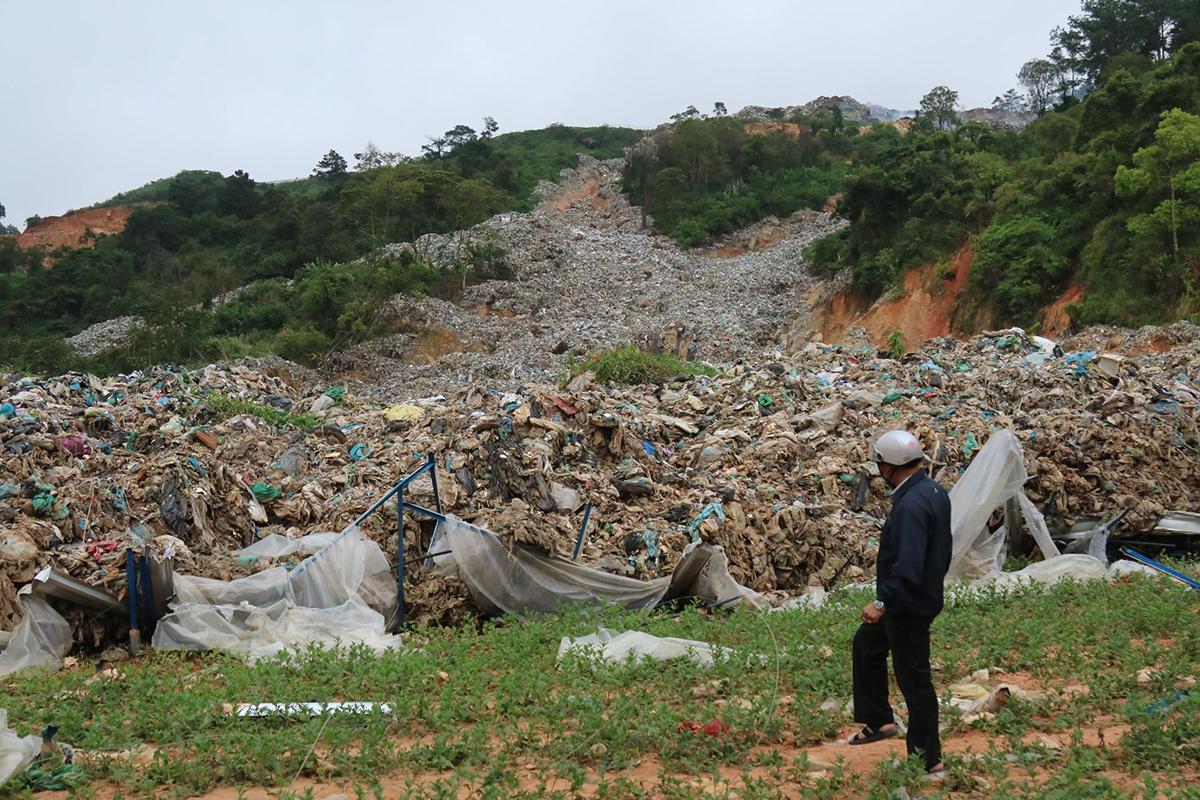 Bãi rác Cam Ly đổ xuống vườn rau năm 2019. Ảnh: Khánh Hương