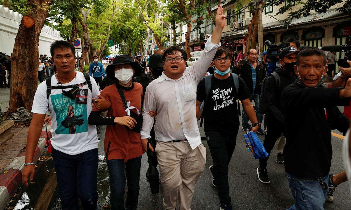 Người biểu tình Thái Lan diễu hành trên phố Bangkok hôm 19/9. Ảnh: Reuters.