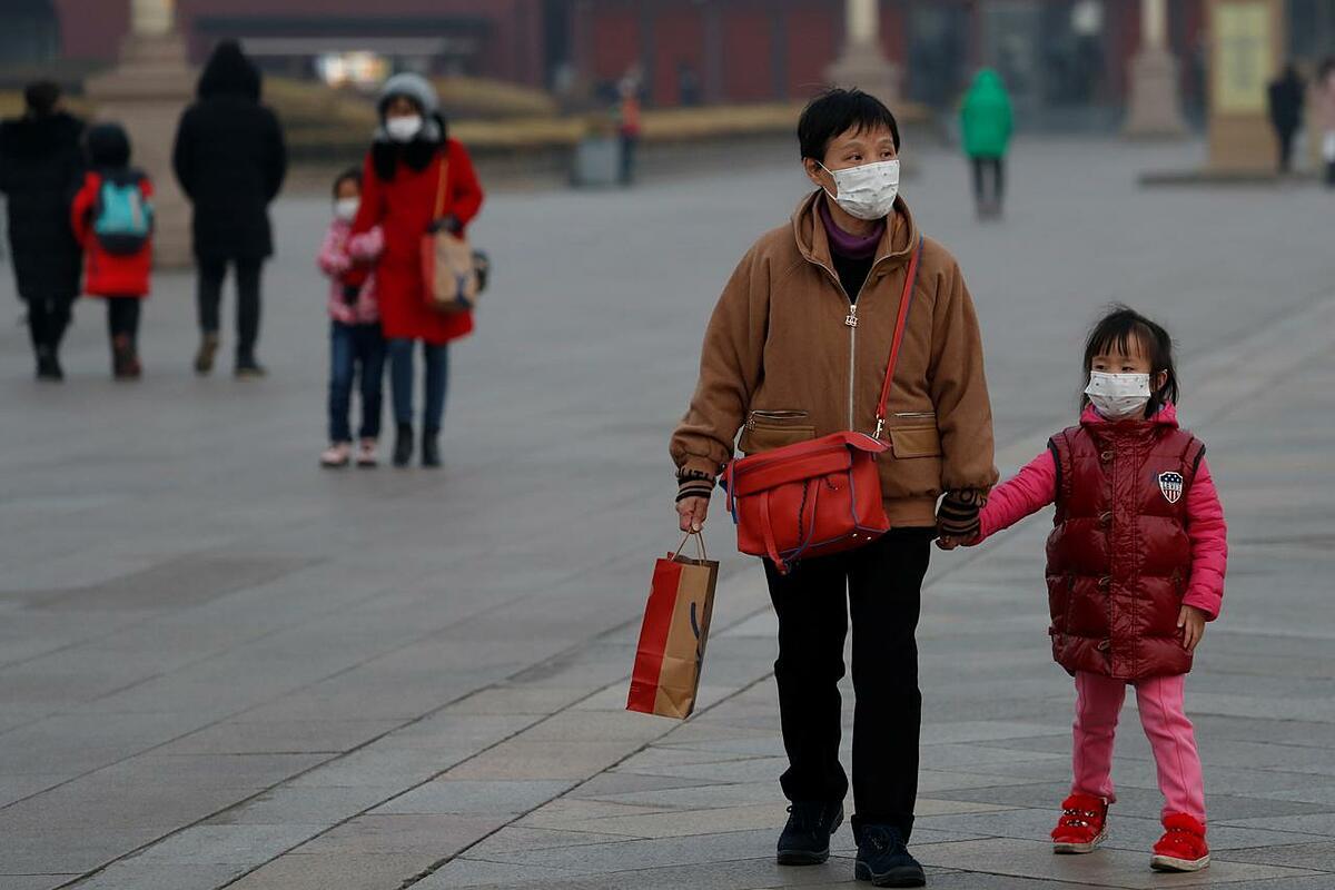 Người dân đeo khẩu trang trên quảng trường Thiên An Môn ở thủ đô Bắc Kinh, Trung Quốc, ngày 27/1. Ảnh: Reuters.