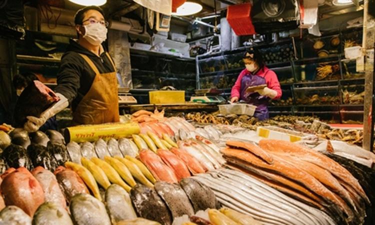 Một sạp hàng bán hải sản tại chợ ở Bắc Kinh hồi tháng hai. Ảnh: Global Times.