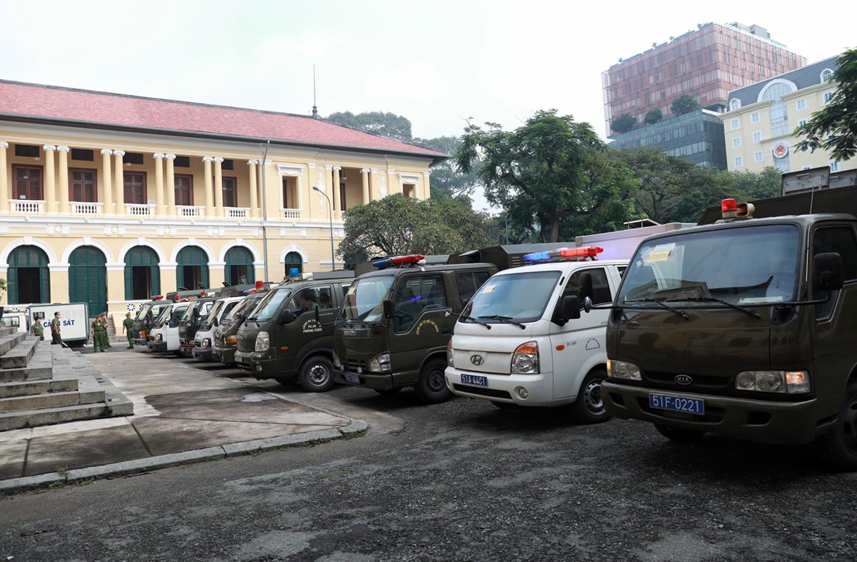 Xe chở bị cáo đậu kín sân TAND TP HCM. Ảnh: Hữu Khoa.