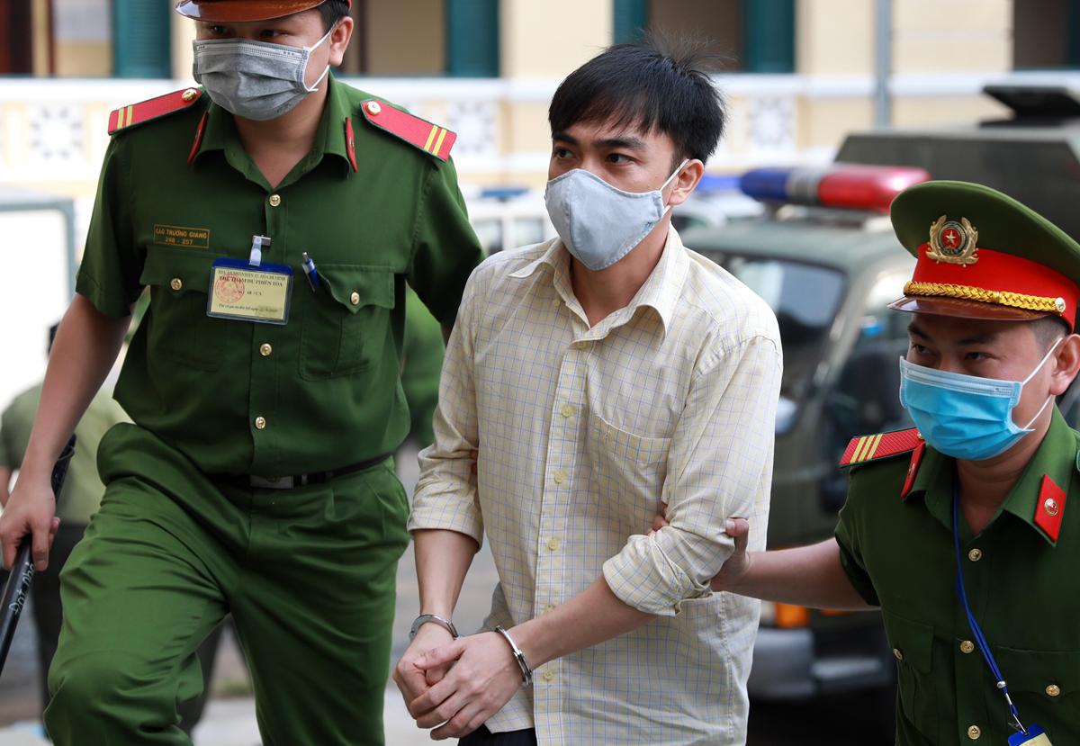 Bị cáo Nguyễn Tấn Thành, con trai Nguyễn Khanh, đến tòa sáng 21/9. Ảnh: Hữu Khoa.