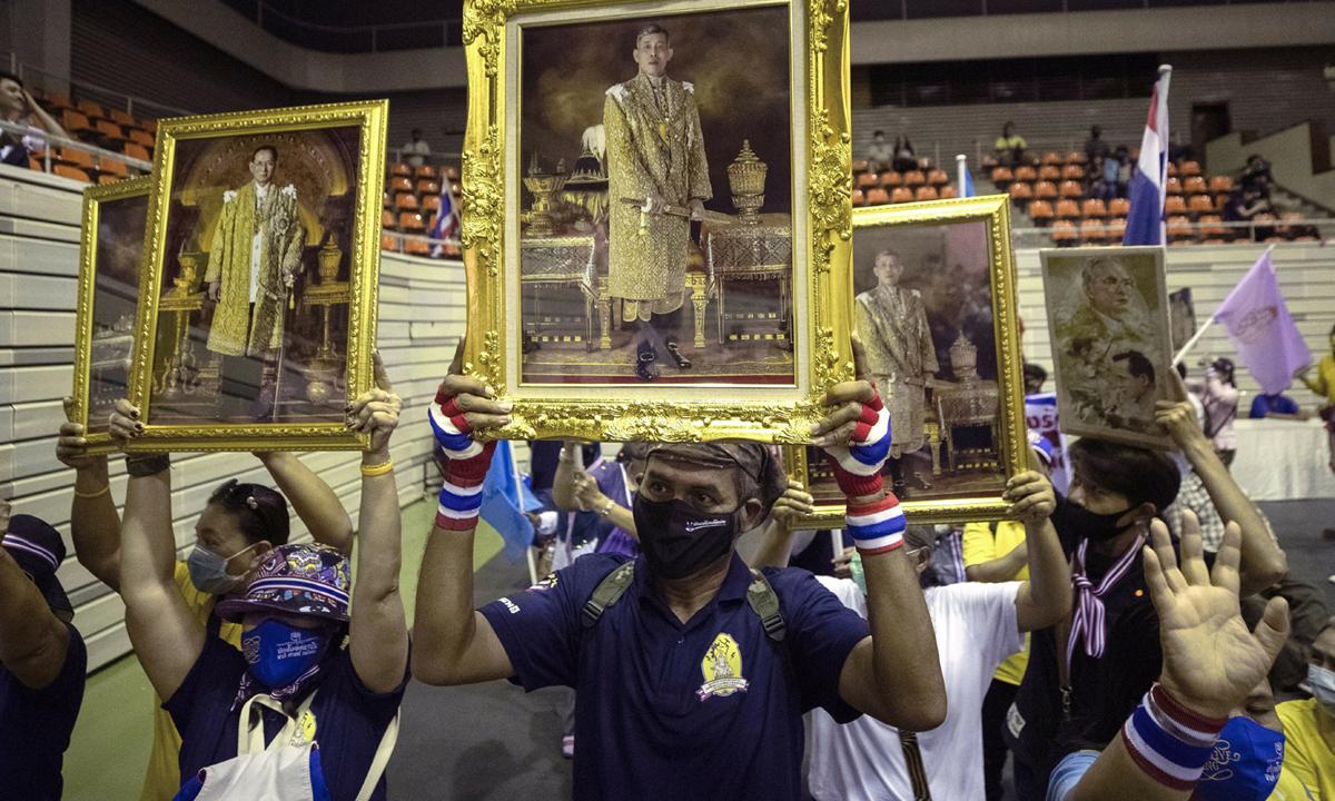 Người ủng hộ hoàng gia Thái Lan biểu tình ở thủ đô Bangkok hôm 30/8. Ảnh: AP.