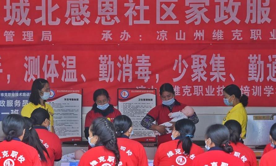 Phụ nữ dân tộc Di ở khu tái định cư Ganen, Lương Sơn, Tứ Xuyên, học nghề bảo mẫu hôm 11/9. Ảnh: Xinhua.