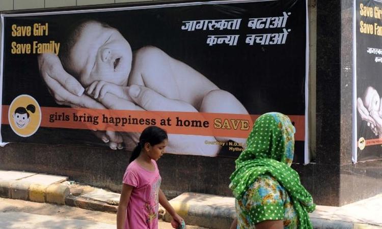 Bảng tuyên truyền khuyến khích sinh con gái ở New Delhi hôm 9/7/2010. Ảnh: AFP.