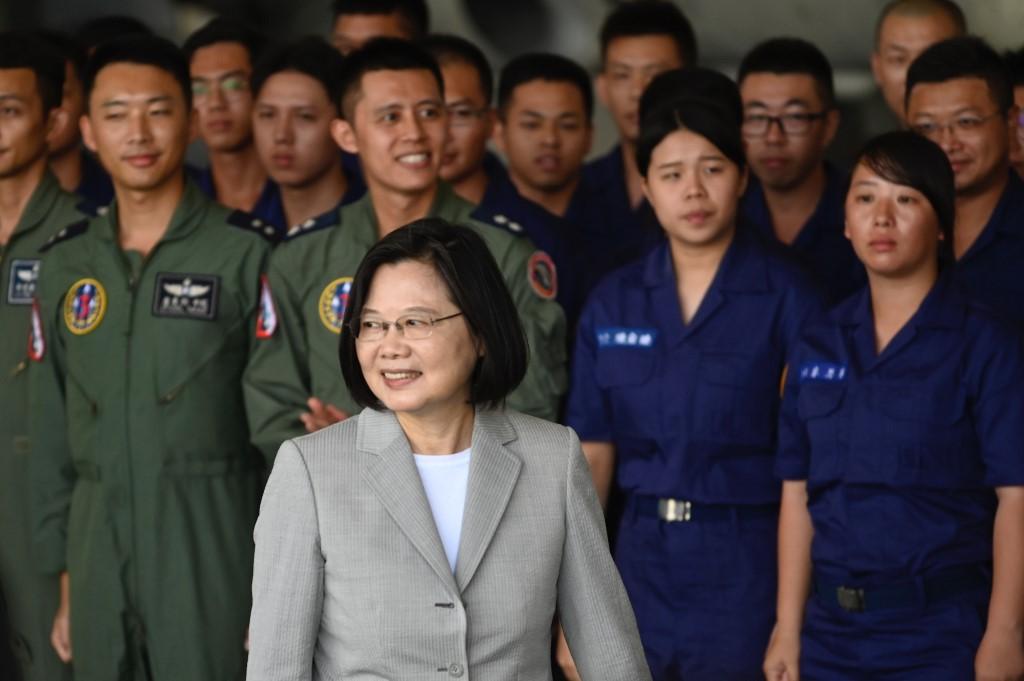 Lãnh đạo Đài Loan Thái Anh Văn (giữa) khi thăm căn cứ của lực lượng phòng vệ trên không tại Bành Hồ hôm nay. Ảnh: AFP.