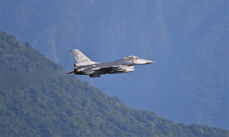 Tiêm kích F-16 của Đài Loan tham gia diễn tập ném bom ngoài khơi phía đông hòn đảo, ngày 1/7. Ảnh: CNA.