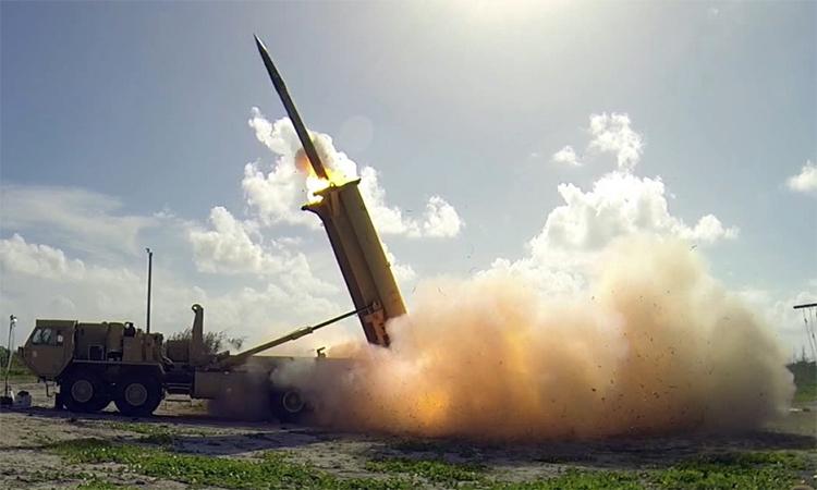 Tên lửa đánh chặn của tổ hợp THAAD rời bệ phóng tại đảo Wake trong một cuộc thử nghiệm, tháng 11/2015. Ảnh: MDA.