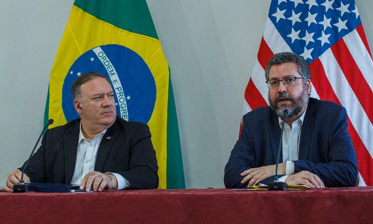 Ngoại trưởng Mỹ Pompeo (trái) và Ngoại trưởng Brazil Ernesto Araujo tại họp báo ở Roraima, Brazil, hôm 18/9. Ảnh: AP.