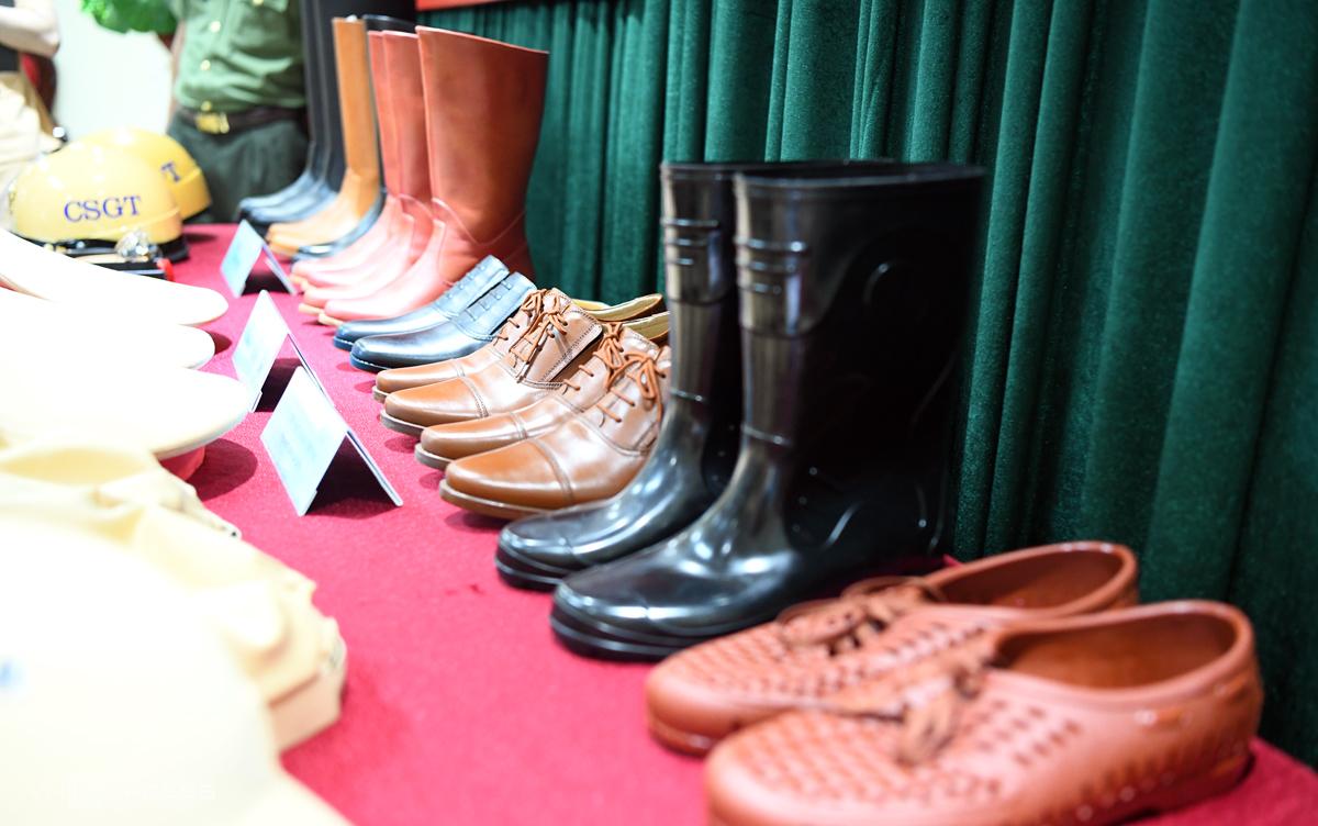 Một số loại ủng, giầy dép được cải tiến về chất liệu, màu sắc được Cục CSGT giới thiệu để lấy ý kiến. Ảnh: Minh Hải