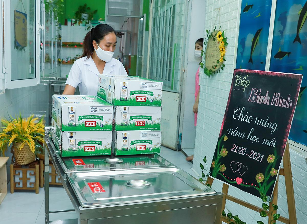 Ngoài công tác phòng dịch, nhà trường cũng chuẩn bị sẵn sàng sữa học đường để các em có sữa uống ngay khi đi học.