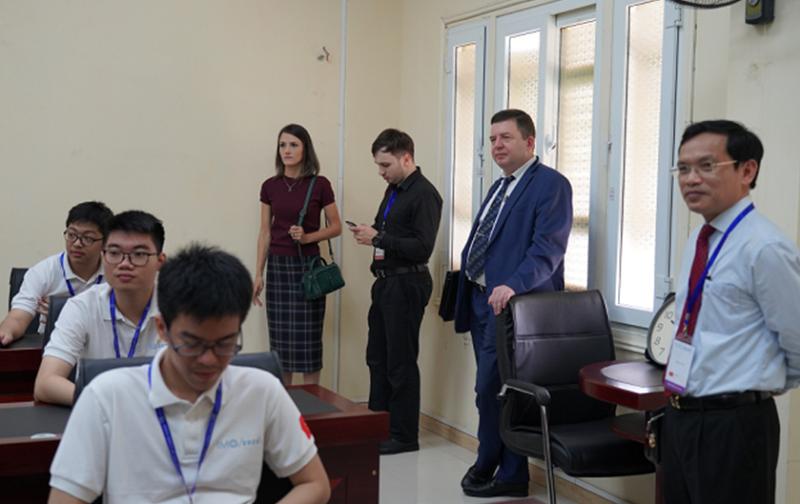 Ông Mai Văn Trinh, Chủ tịch Hội đồng thi cùng đại diện Đại sứ quán Nga tới tham quan phòng thi tại Đại học Khoa học Tự nhiên, Đại học Quốc gia Hà Nội. Ảnh: HUS.