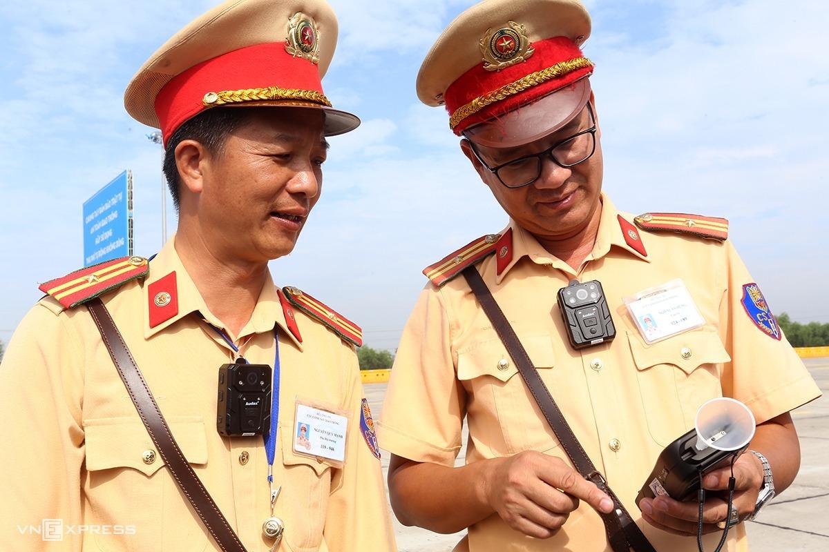 Trang phục hiện nay của CSGT khi làm nhiệm vụ trên đường. Ảnh: Bá Đô