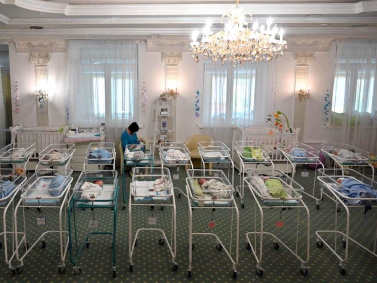 Những trẻ sơ sinh được đẻ thuê mắc kẹt tại Ukraine vì bố mẹ ruột không thể sang đón. Ảnh: AFP.