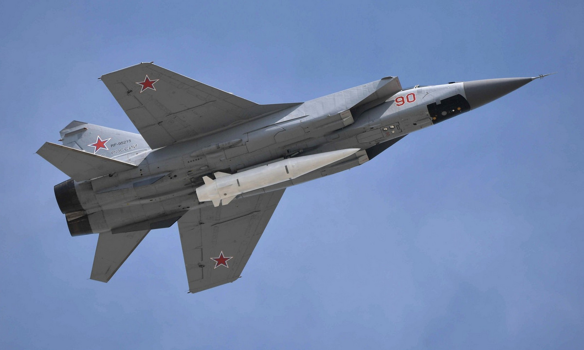 Tiêm kích MiG-31 mang tên lửa siêu vượt âm Kinzhal duyệt binh năm 2018. Ảnh: Điện Kremlin.