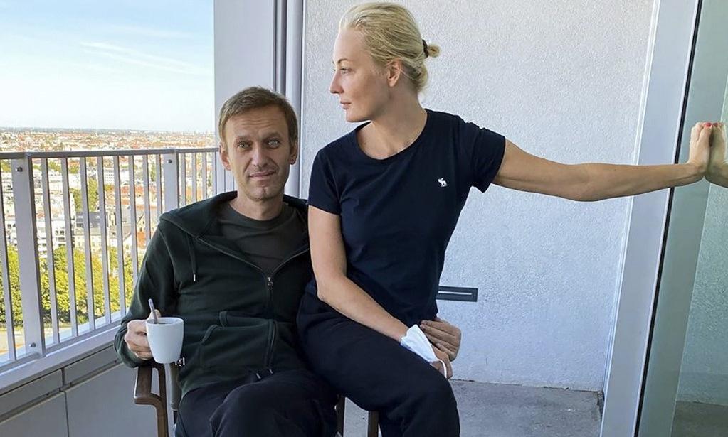 Navalny và vợ tại bệnh viện ở Đức hôm 21/9. Ảnh: Instagram/Navalny.