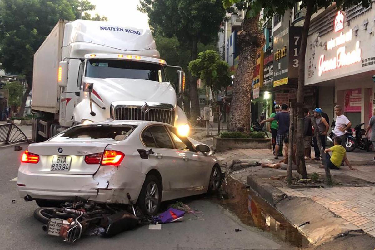 Xe máy bị cuốn dưới gầm ôtô BMW. Ảnh: Quốc Tuấn.