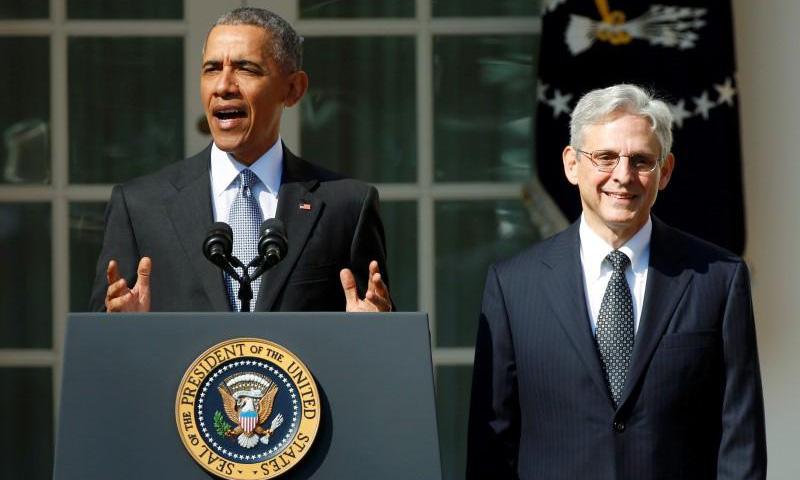 Cựu tổng thống Barack Obama tuyên bố đề cử Merrick Garland (phải) làm thẩm phán Tòa án Tối cao Mỹ tại Nhà Trắng hồi tháng 3/2016. Ảnh: Reuters.