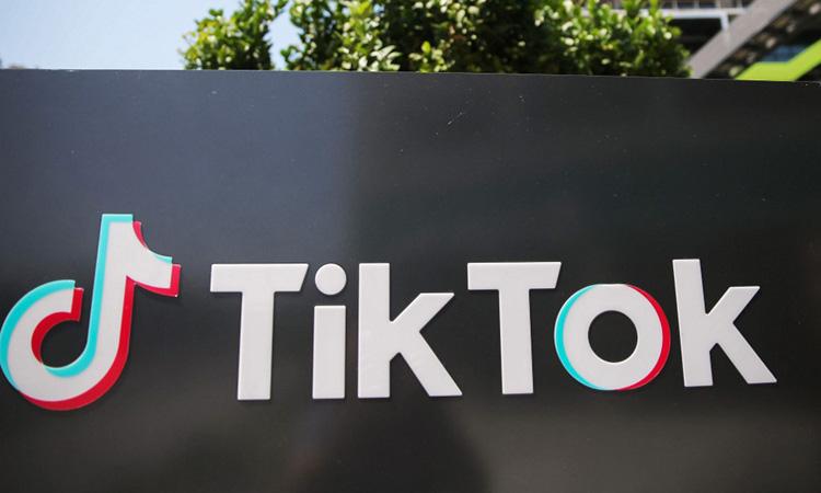 Logo TikTok bên ngoài văn phòng đại diện ở bang California, Mỹ hồi tháng 8. Ảnh: AFP.