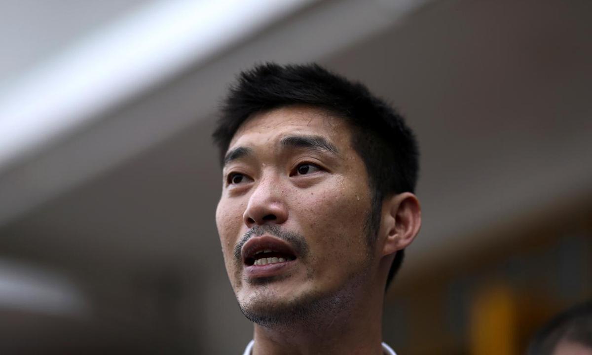 Thanathorn Juangroongruangkit, lãnh đạo đảng Tương lai mới, trả lời phóng viên trước sở cảnh sát ở Bangkok, Thái Lan hôm 10/1. Ảnh: Reuters.