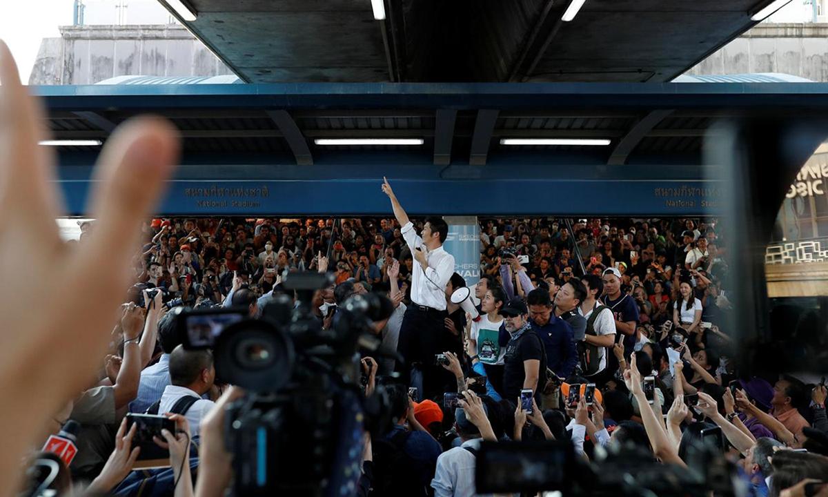 Thanathorn đứng giữa vòng vây người ủng hộ ở Bangkok, Thái Lan hồi tháng 12/2019. Ảnh: Reuters.