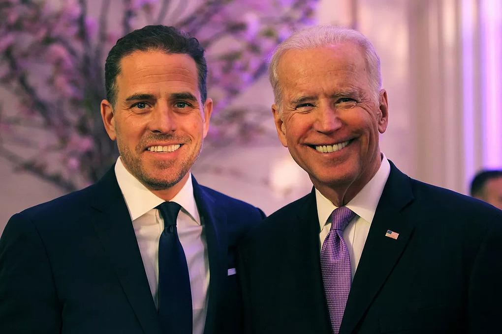 Hunter Biden (trái) và Joe Biden trong một lễ trao giải tại Mỹ năm 2016. Ảnh:World Food Program USA.