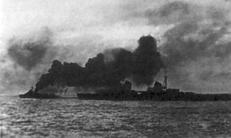 Chiến hạm Liên Xô tạo màn khói trong quá trình sơ tán. Ảnh: Wikimedia Commons.