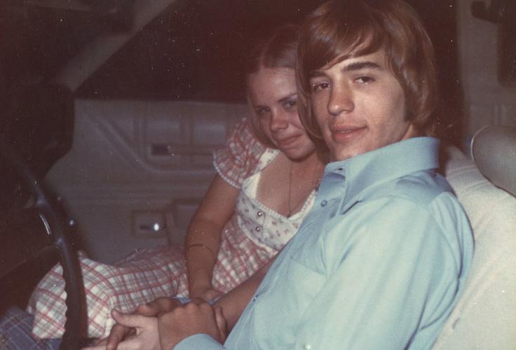 Carla Walker (trái) bên cạnh bạn trai. Ảnh: Oxygen.
