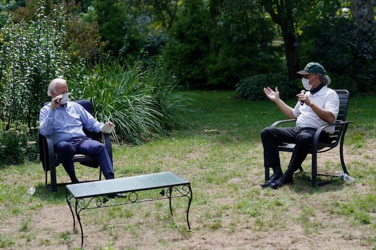 Joe Biden (trái) trong cuộc gặp với các lãnh đạo lao động ở Lancaster, Pennsylvania ngày 8/9. Ảnh: Reuters.