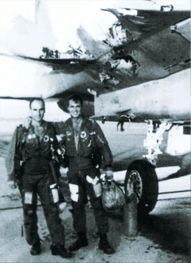 Ziv Nedivi (trái) và Yehoar Gal (phải) đứng trước chiếc F-15 mất cánh. Ảnh: IDF.