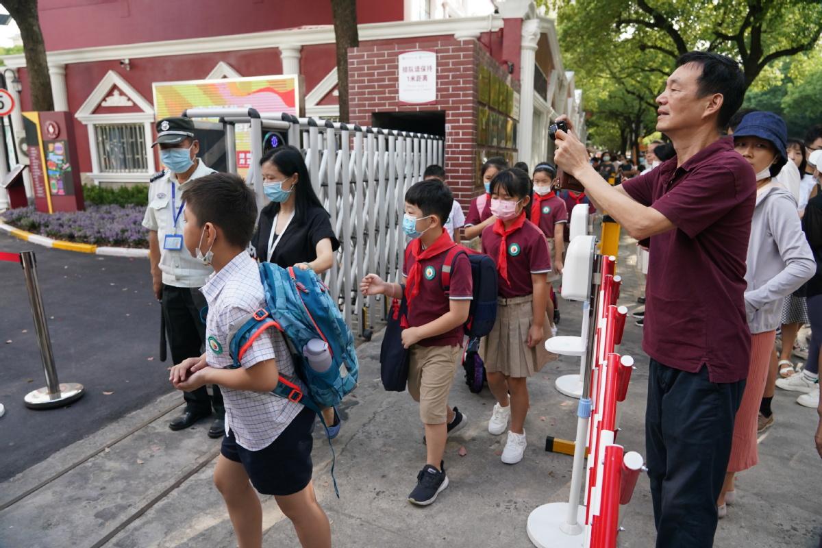 Học sinh Trường Song ngữ Liêu Nguyên Thượng Hải, Trung Quốc, trở lại trường ngày 1/9. Ảnh: Gao Erqiang/ Chinadaily