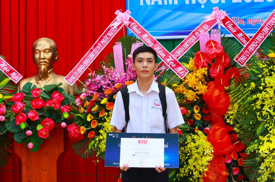 Nguyễn Duy Đại nhận học bổng của SIU.