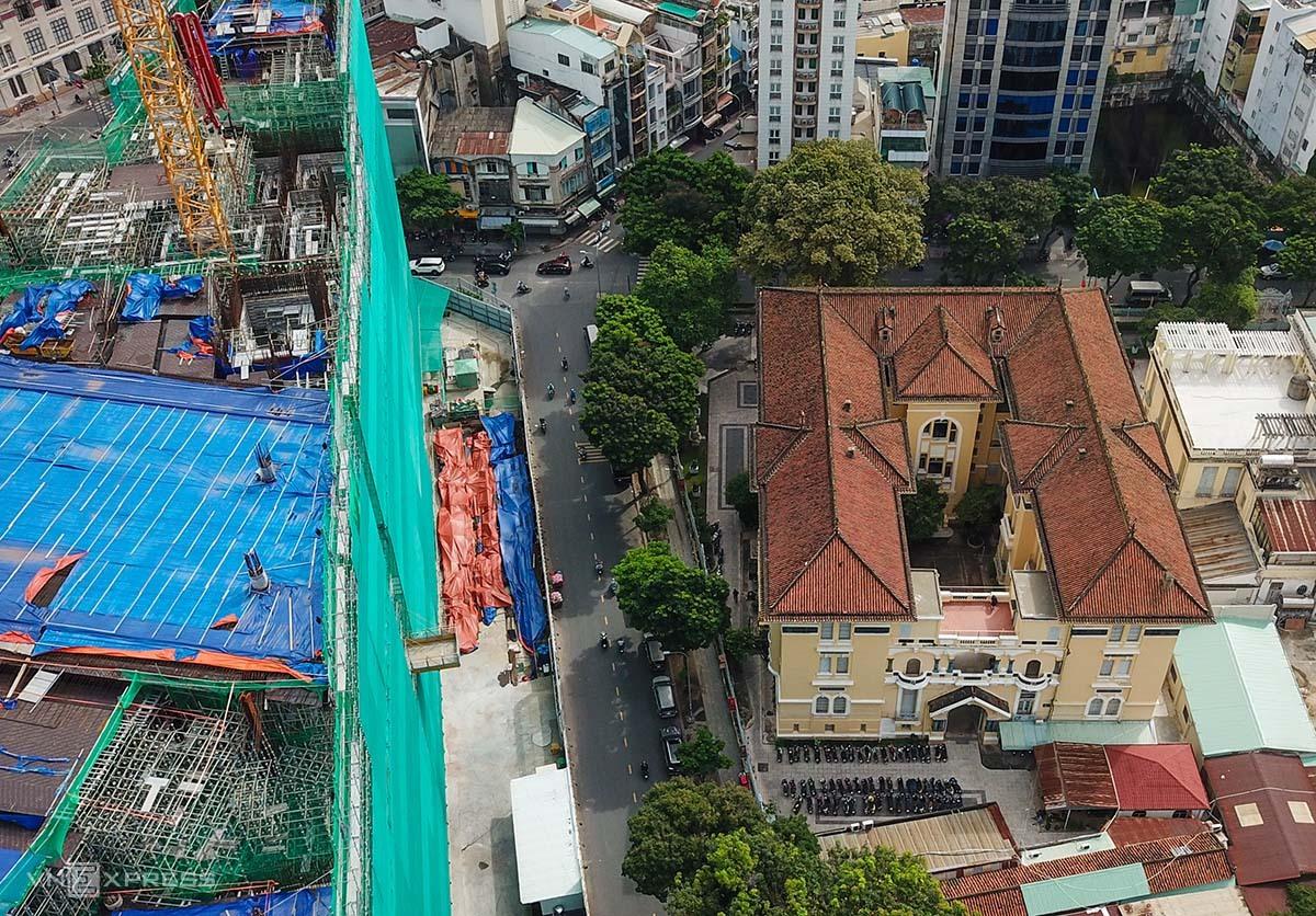 Công trình cao ốc Tứ giác Bến Thành làm hư hỏng nhiều hạng mục công trình bảo tàng mỹ thuật TP HCM. Ảnh:  Quỳnh Trần.