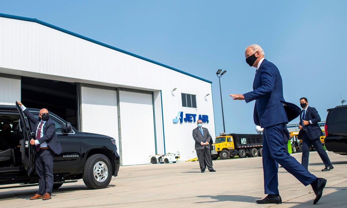 Ứng viên Dân chủ Joe Biden (phải) tới vận động tranh cử ở Green Bay, bang Wisconsin hôm 21/9. Ảnh: Reuters.