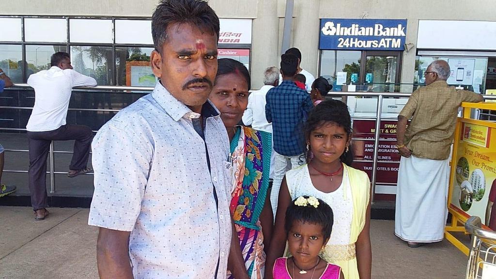 Ông Alagu Periyakarrupan và vợ con. Ảnh: Today Online.