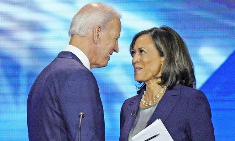 Joe Biden (trái) và Kamala Harris trong một cuộc tranh luận ở Đại học Houston, Texas, hồi tháng 9 năm ngoái. Ảnh: AP.