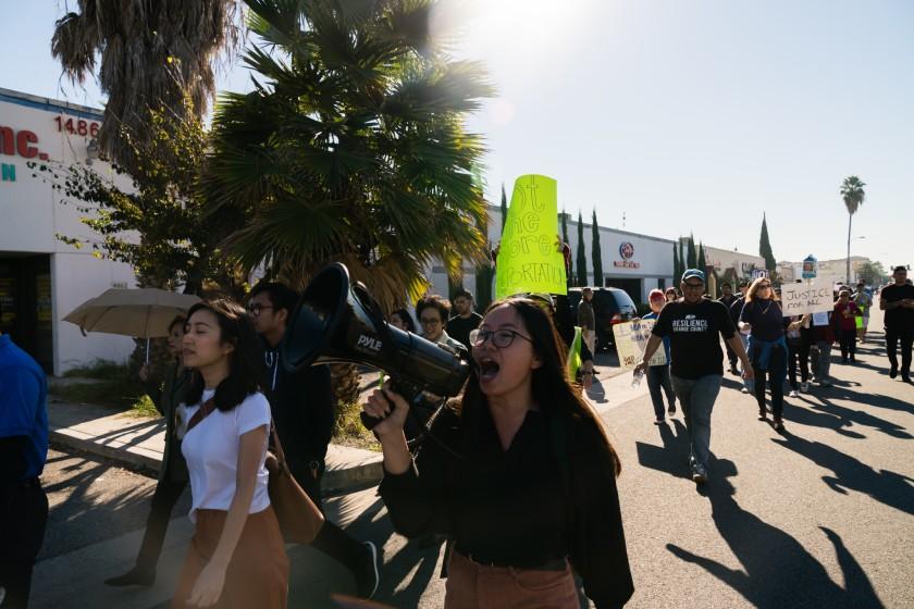 Các thành viên của VietRise, một tổ chức do người gốc Việt trẻ thành lập, tuần hành phản đối chính quyền Trump trục xuất người nhập cư gốc Việt, hồi tháng 12/2018. Ảnh: VietRise.
