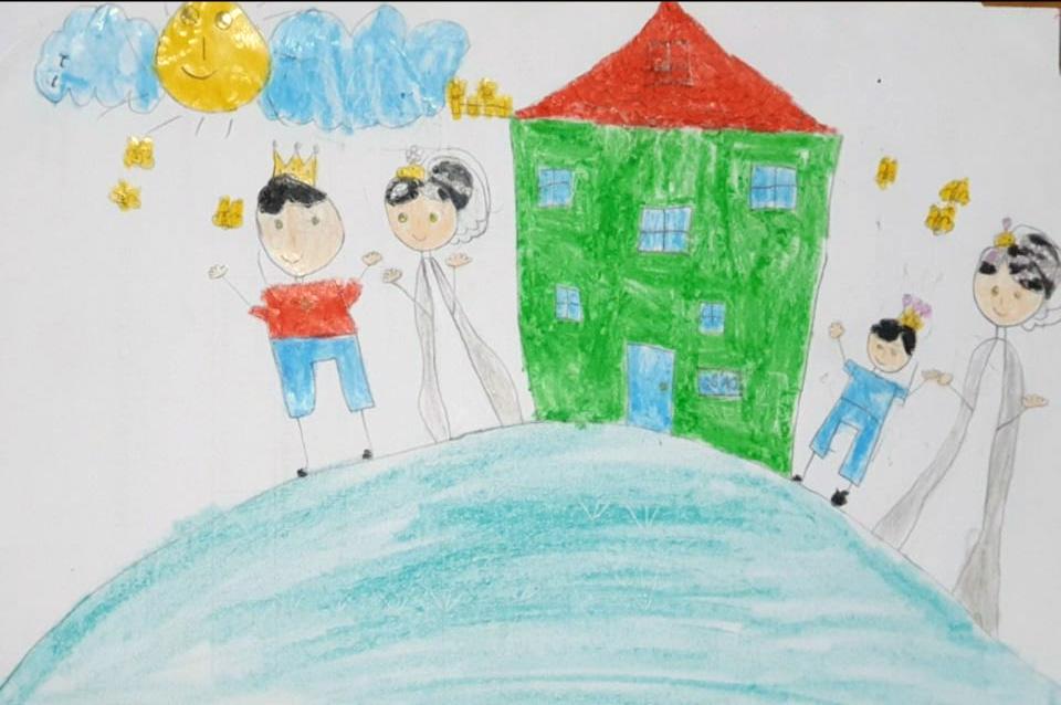 Đây là tác phẩm của ba cha con. Ba bảo: Gia đình mình mai mốt sẽ sống trong căn hộ chung cư, cả nhà sẽ cùng đi dạo mỗi chiều tối, cuối tuần, thế là con gái, con trai lấy giấy bút ra vẽ về ngôi nhà mơ ước theo trí tưởng tượng của con, em trai lăng xăng lấy dụng cụ vẽ cho chị Hai, cùng hoàn thành tác phẩm với chị, trông thật đáng yêu làm sao.Bên trái bức tranh là ba và con gái, bên phải là mẹ và em trai, cả nhà đang dạo bộ ở công viên trong chung cư, có đàn bướm vàng chao lượn xung quanh, phía trên là ông mặt trời và những đám mây bồng bềnh trôi. Ụ đất cao sẽ là nơi các con chạy nhảy, thả diều mỗi chiều trên đó.