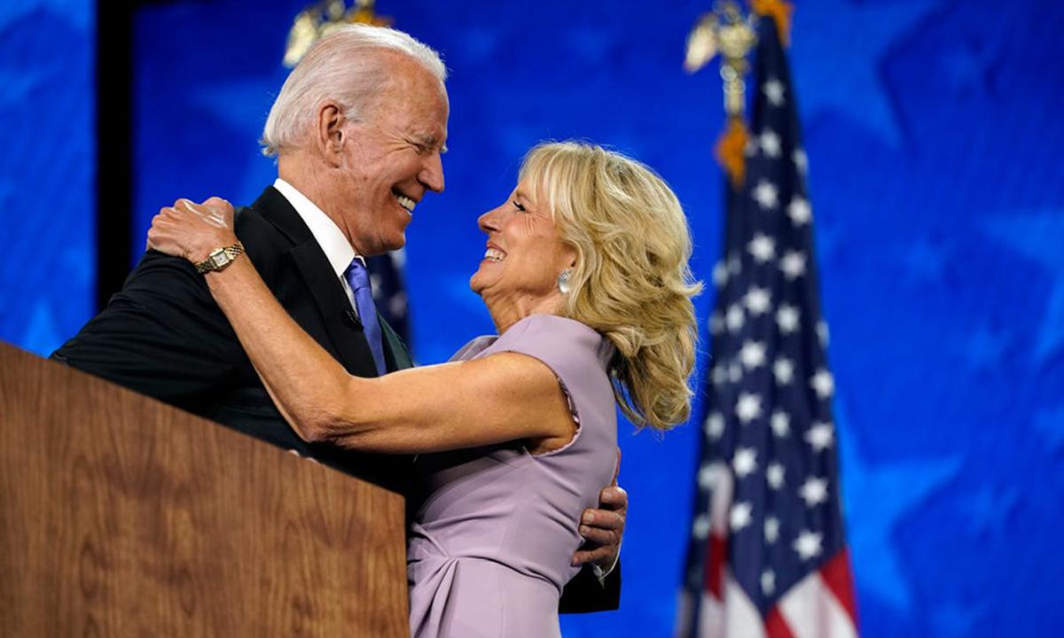 Joe Biden cùng vợ Jill tại Đại hội Đảng Dân chủ ở Wilmington, bang Delaware hôm 20/8. Ảnh: AP.