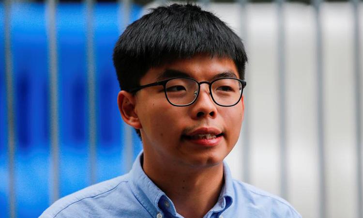 Thủ lĩnh phong trào ô dù Hong Kong Joshua Wong trả lời phóng viên hồi tháng 10/2019. Ảnh: Reuters.