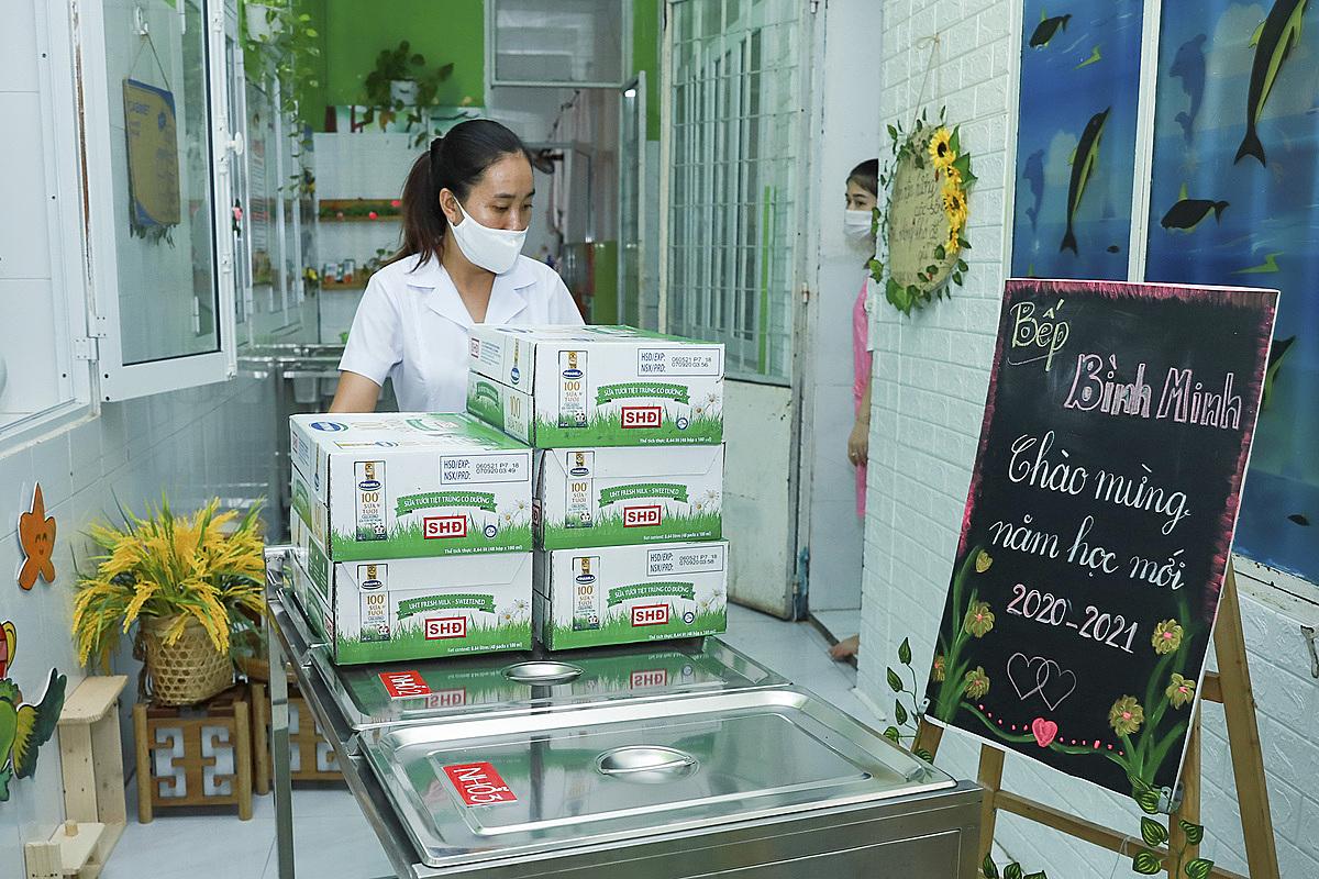 Ngoài công tác phòng dịch, trường mầm non Bình Minh cũng chuẩn bị sẵn sàng sữa học đường để các em có sữa uống ngay khi đi học. Ảnh: Nguyễn Đông.