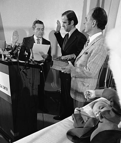 Joe Biden (giữa, đặt tay lên Kinh thánh) nhậm chức thượng nghị sĩ bên giường bệnh của con trai Beau tại Delaware ngày 5/1/1973. Ảnh: AP.