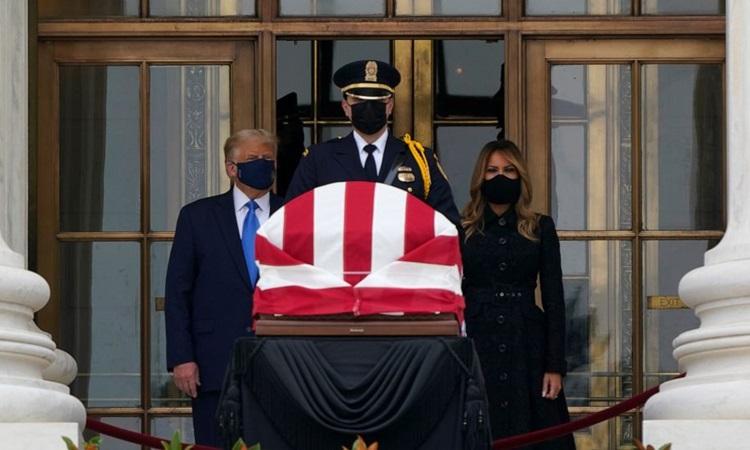 Trump và Đệ nhất phu nhân Melania đeo khẩu trang, đứng sau quan tài của cố thẩm phán Ginsburg. Ảnh: AP.
