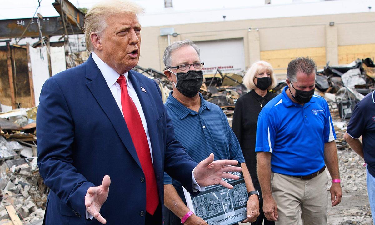 Tổng thống Donald Trump (trái) trong chuyến thăm Kenosha, bang Wisconsin tuần trước. Ảnh: AFP.