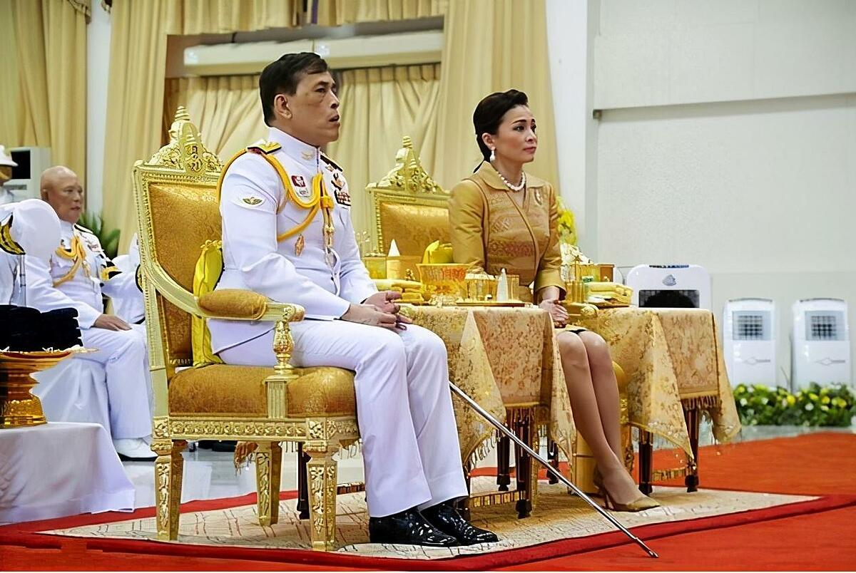Nhà vua Maha Vajiralongkorn và Hoàng hậu Suthida tại bệnh viện Siriraj ở Bangkok hôm 24/9, nhân Ngày Hoàng tử Mahidol. Ảnh: Reuters.