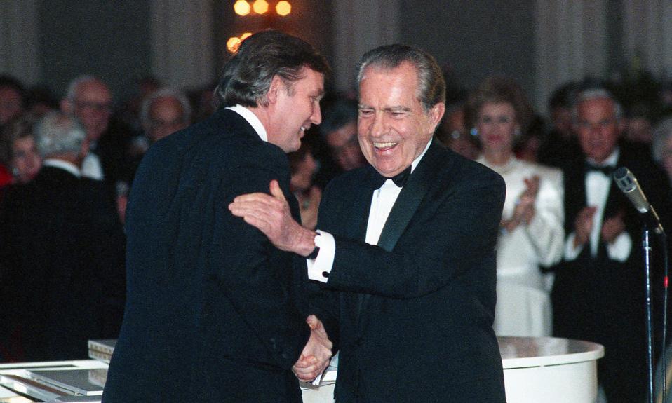 Donald Trump (trái) b?t tay Richard Nixon t?i m?t b?a ti?c ? Houston, Texas, vào tháng 3/1989. ?nh: AP.