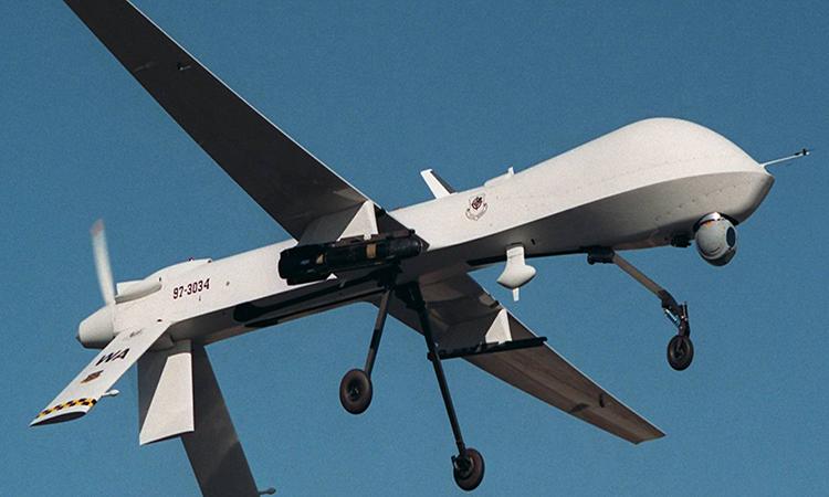 Máy bay không người lái  MQ-1B Predator mang theo tên lửa AGM-114 Hellfire trong một chuyến bay huấn luyện. Ảnh: USAF.