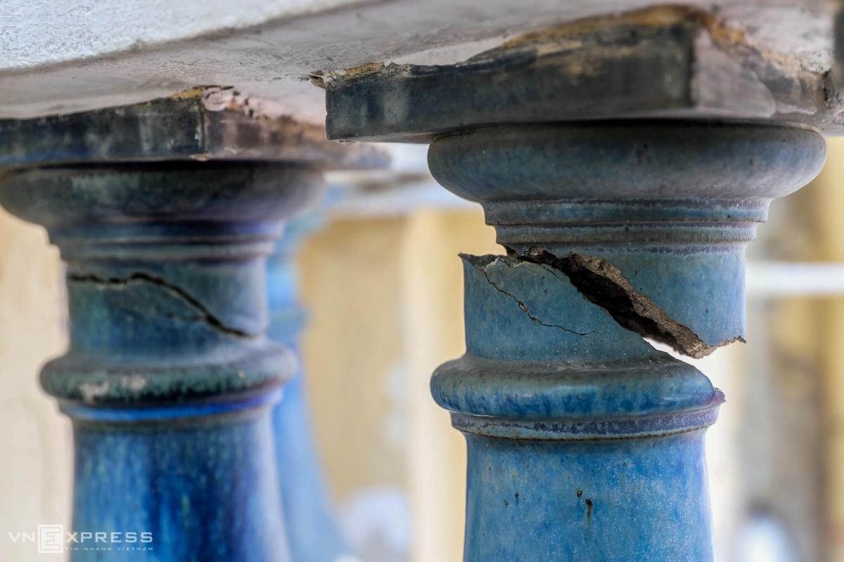 Hai con tiện lan can ở ban công tầng 2 của mặt sau bảo tàng bị gãy, ngày 17/9. Ảnh: Quỳnh Trần.
